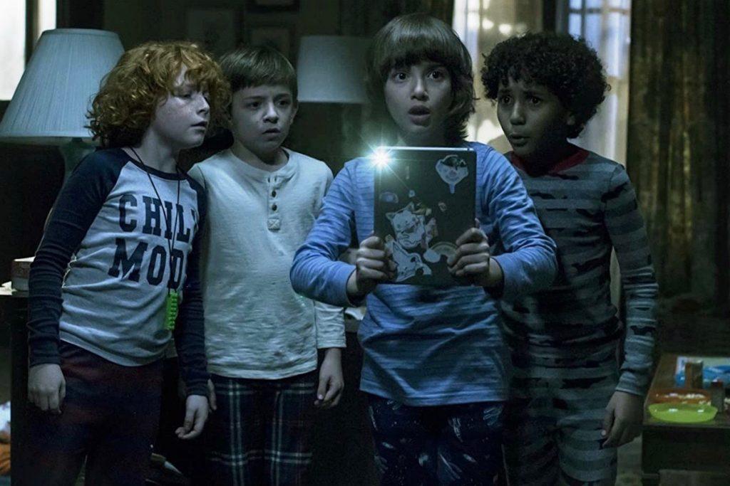 Come Play, Oliver con i suoi amici al buio col tablet