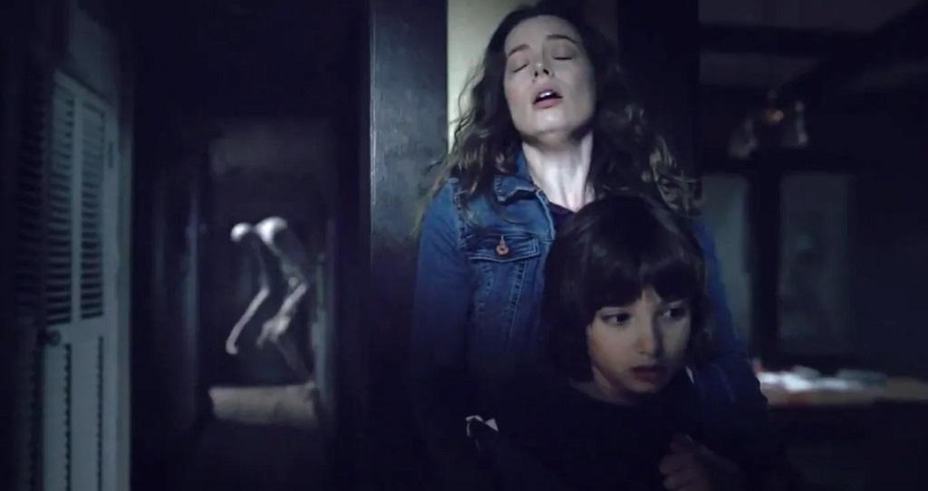 Come Play: la madre col figlio si nasconde dal mostro