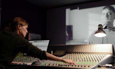 Tres: C. lavora nello studio di sound design
