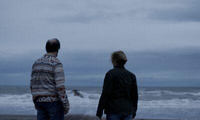 Piedra Noche: Bruno e Greta di spalle in spiaggia